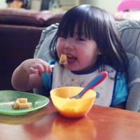 toddler-eating-fruit